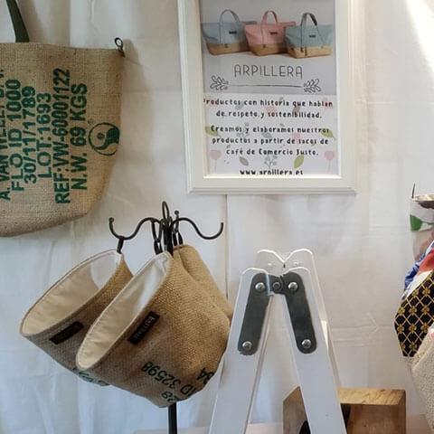 Accesorios de material reciclado para la Feria Alternativa